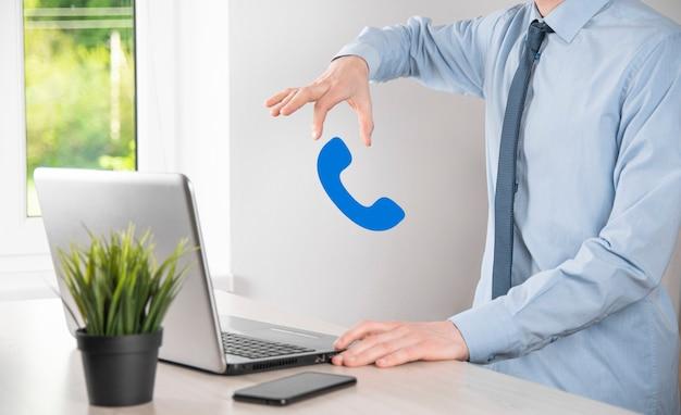 Geschäftsmann mann halten telefonsymbol. rufen sie jetzt business communication support center customer service technology concept an.