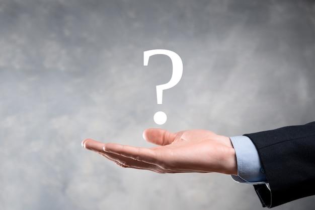 Geschäftsmann mann hand halten schnittstelle fragezeichen zeichen web