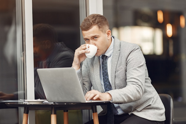 Geschäftsmann. mann im anzug. mann benutzen einen laptop.