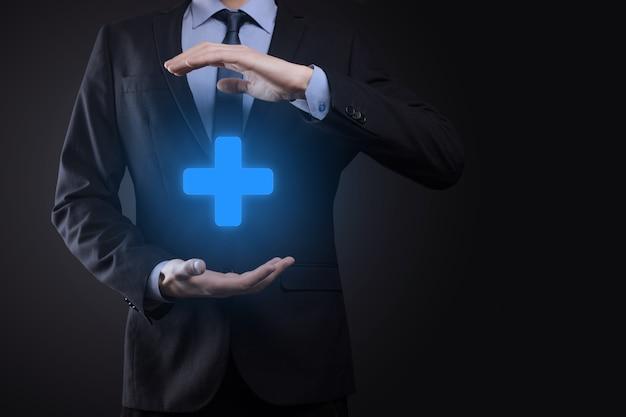 Geschäftsmann, mann in der hand halten bieten positive dinge wie gewinn, nutzen, entwicklung