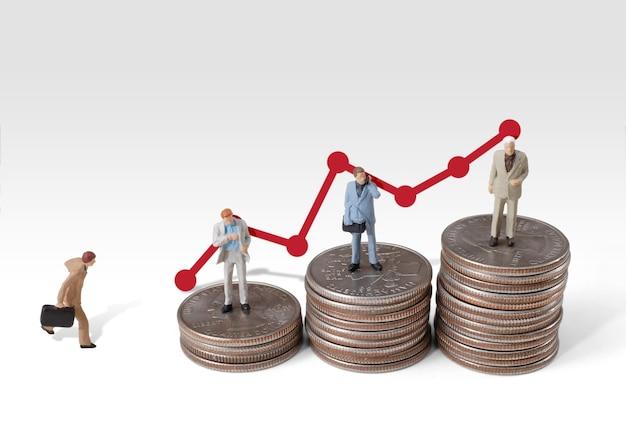 Geschäftsmann-miniaturkonzept bewegt sich zum erfolg unternehmensfinanzierung und -marketing