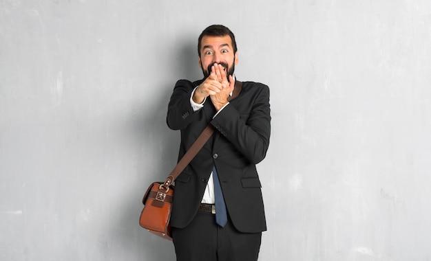 Geschäftsmann mit bart mit dem finger auf jemanden zeigen und lachen