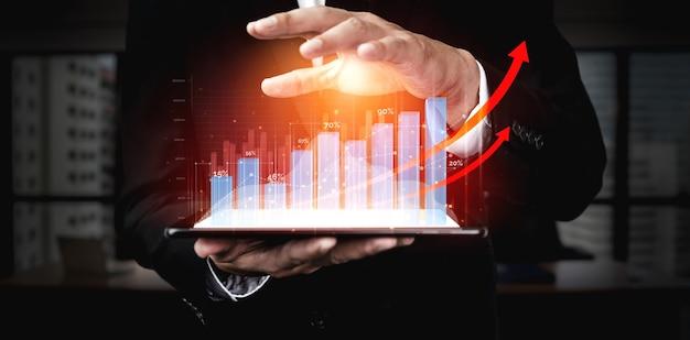 Geschäftsmann mit berichtsdiagramm bis zum finanziellen gewinnwachstum von aktienmarktinvestitionen.