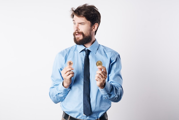 Geschäftsmann mit brille kryptowährung bitcoin finanz-internet-wirtschaft. foto in hoher qualität