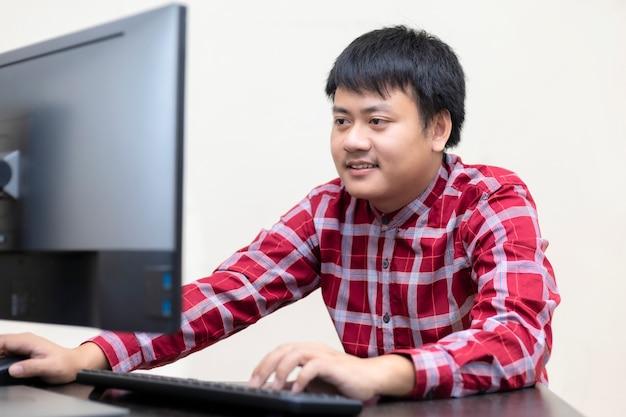 Geschäftsmann mit computer notebook laptop und smartphone,