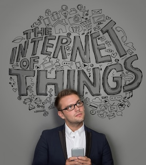 Geschäftsmann mit dem internet der dinge konzept