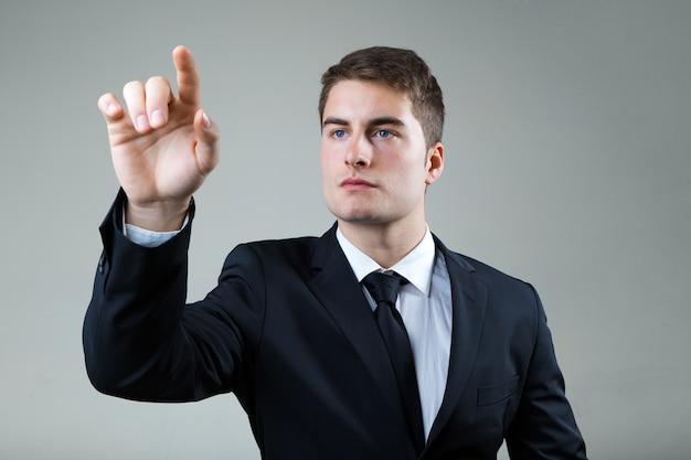Geschäftsmann mit dem zeigen auf etwas oder berühren einen bildschirm.
