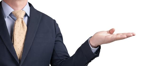 Geschäftsmann mit der handfläche nach oben auf weißem hintergrund mit textfreiraum