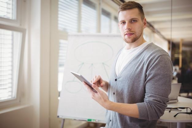Geschäftsmann mit digitaler tablette beim geben der darstellung im büro