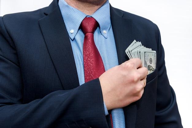 Geschäftsmann mit dollar-banknoten in der tasche hautnah