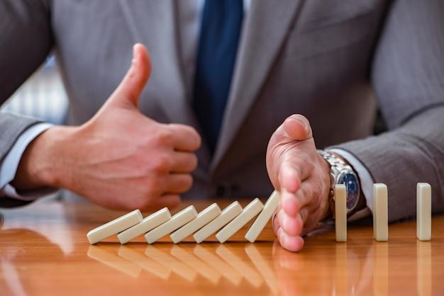 Geschäftsmann mit dominosteinen im büro