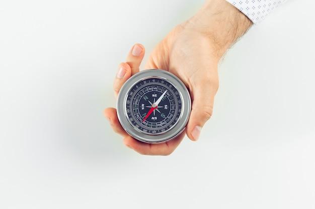 Geschäftsmann mit einem kompass, der in der hand hält