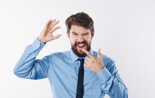 Geschäftsmann mit einer münze und in einem blauen hemd eine krawatte um seinen hals ein helles hintergrundmodell