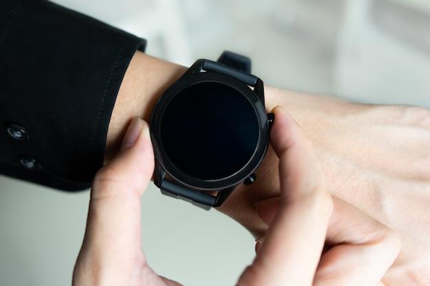 Geschäftsmann mit einer smartwatch. schließen sie smartwatch auf händen.