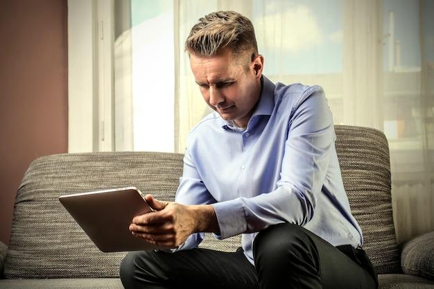 Geschäftsmann mit einer tablette