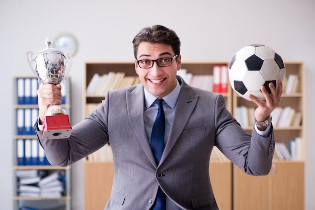 Geschäftsmann mit fußball im büro