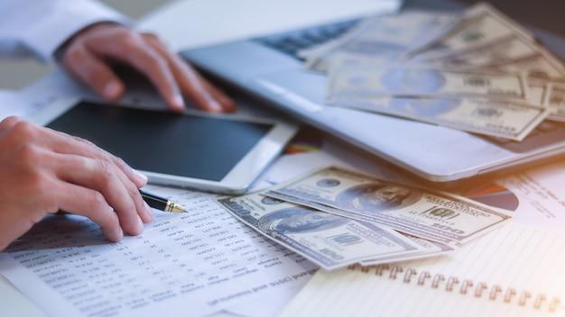 Geschäftsmann mit geld in der hand, us-dollar, investition, erfolg und rentablem geschäftskonzept