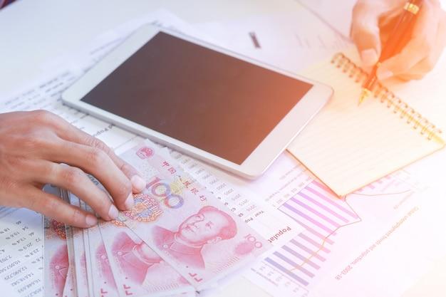 Geschäftsmann mit geld in der hand, yen, investition, erfolg und rentablen geschäftskonzepten.