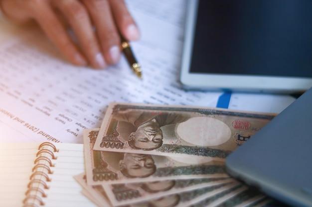 Geschäftsmann mit geld, yen, investition, erfolg und rentablen geschäftskonzepten.