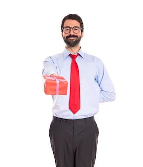 Geschäftsmann mit geschenk über weiß
