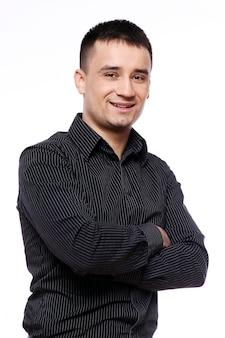 Geschäftsmann mit gestreiftem schwarzen t-shirt und schwarzer hose