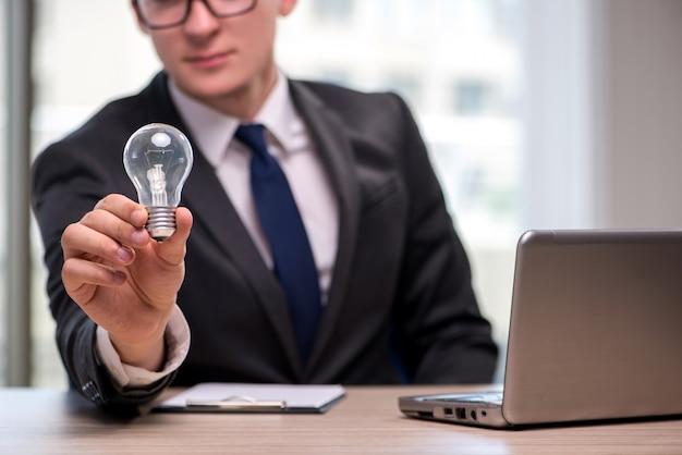 Geschäftsmann mit glühlampe im ideenkonzept