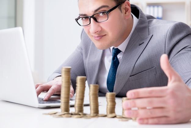 Geschäftsmann mit goldenen münzen im geschäftswachstumskonzept