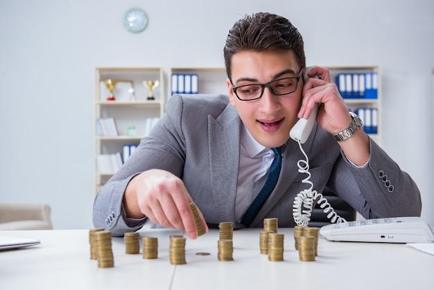 Geschäftsmann mit goldenen münzen