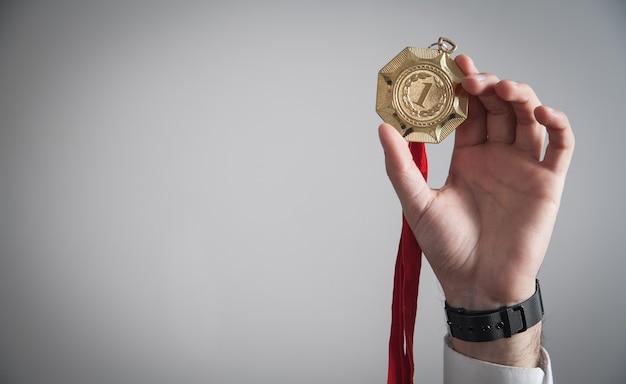 Geschäftsmann mit goldmedaille. medaillen für den gewinner