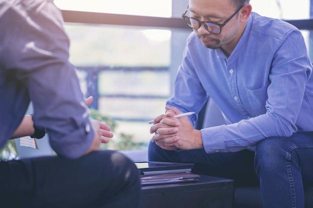 Geschäftsmann mit handgeste beim erklären von geschäftsbericht und diskussion in der sitzung explain