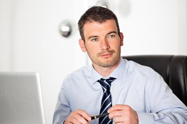 Geschäftsmann mit hemd und krawatte im büro