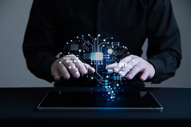 Geschäftsmann mit holographischer schnittstelle des menschlichen gehirns mit digitaler tablette