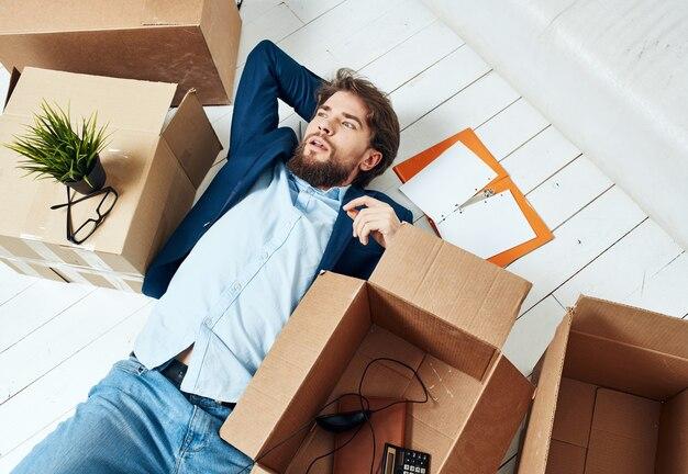 Geschäftsmann mit kassenbüro umzug büro beamter Premium Fotos