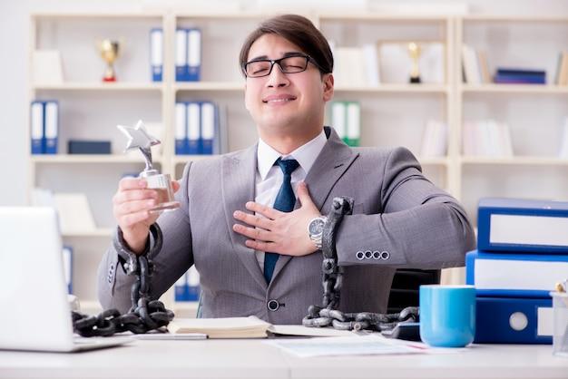 Geschäftsmann mit ketten an seine arbeit gebunden