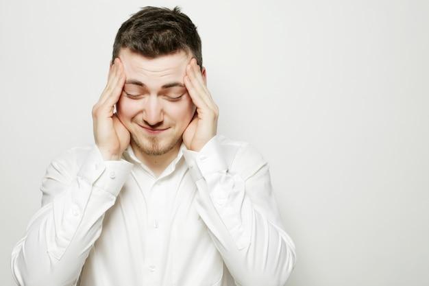 Geschäftsmann mit kopfschmerzen oder einem problem