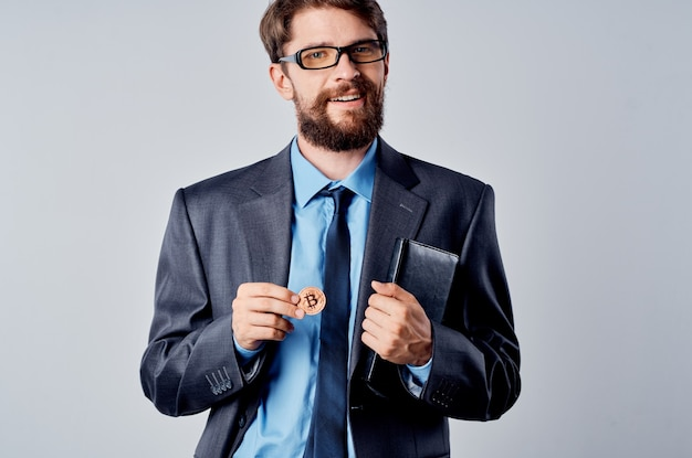 Geschäftsmann mit kryptowährungs-bitcoin-internet-technologiewirtschaft