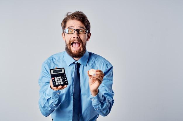 Geschäftsmann mit kryptowährungs-bitcoin-investition des taschenrechners