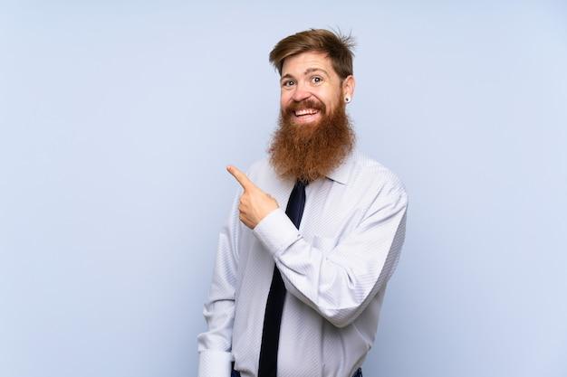 Geschäftsmann mit langem bart über lokalisiertem hintergrund finger auf die seite zeigend
