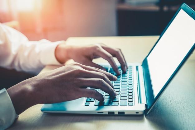 Geschäftsmann mit laptop-computer im büro