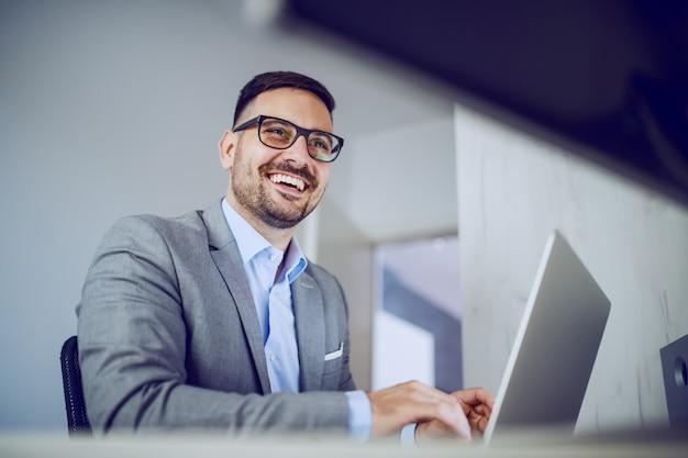 Geschäftsmann mit laptop im büro.