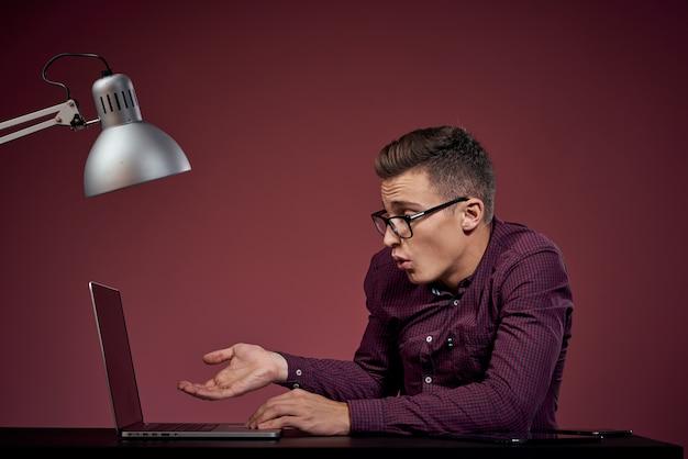 Geschäftsmann mit laptop im bürocomputer-manager