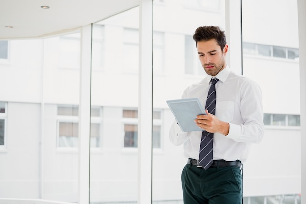 Geschäftsmann mit laptop und notizen