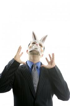 Geschäftsmann mit lustiger kaninchenmaske