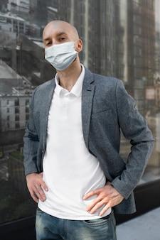 Geschäftsmann mit maske, der während covid-19 im neuen normalen lebensstil lebt