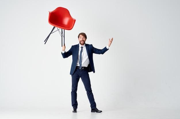 Geschäftsmann mit rotem schreibtisch finanzbüro isolierten hintergrund