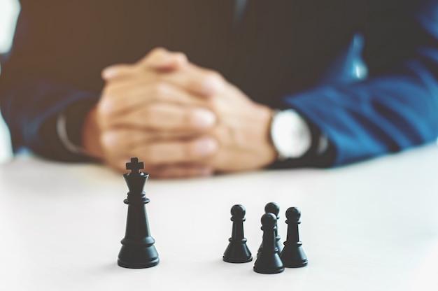 Geschäftsmann mit schachbüro, strategie und wettbewerb