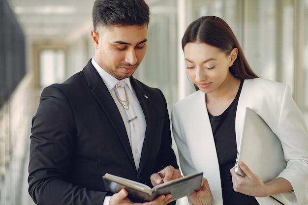 Geschäftsmann mit seinem partner in einem büro arbeiten
