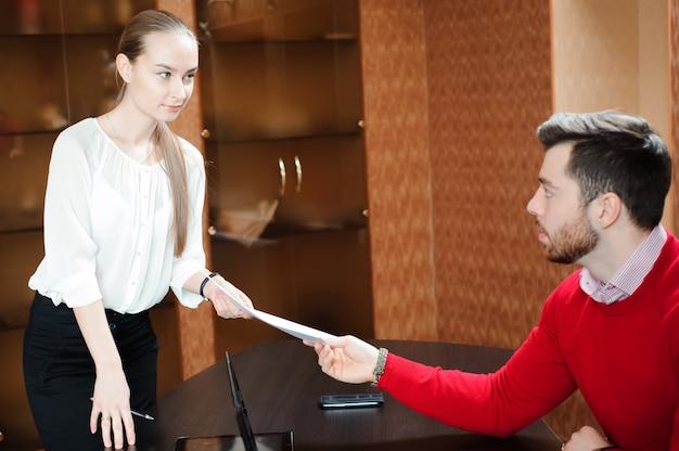Geschäftsmann mit seiner sekretärin
