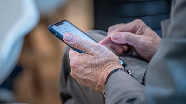 Geschäftsmann mit smartphone auf der messe