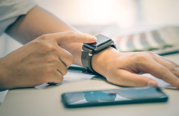 Geschäftsmann mit smartwatch